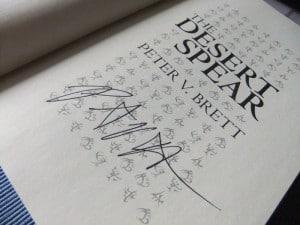 Peter V. Brett: The Desert Spear Signatur auf der Titelseite des englischen Hardcovers