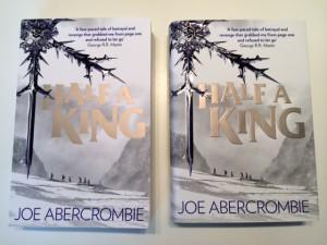 Joe Abercrombie: Half a KIng Paperback (links) und Hardcover (rechts) Bildquelle: JoeAbercrombie.com