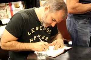 Peter V. Brett beim Signieren seiner Bücher aus dem Dämonenzyklus