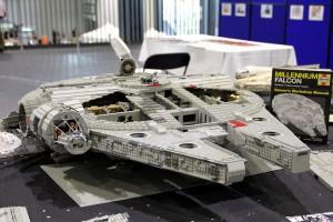 Auch das gab es: Ein Legomodell des Millennium Falcon bestehend aus über 100.000 Einzelteilen. Der Eigentümer hat 18 Monate daran gearbeitet, Risszeichnungen studiert und kennt das Raumschiff bis ins kleinste Detail.