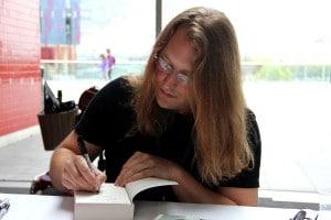Scott Lynch beim Signieren am LONCON 3 August 2014, Autor von Die Republik der Diebe