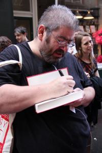 """Ben Aaronovitch beim signieren seiner """"Flüsse von London"""" London, 12. August 2014 (c) J. Kögler"""