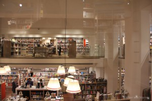 Ein Blick in den FOYLES in Charing Cross Road 107 Moderne Ausstattung mit viel Glas.