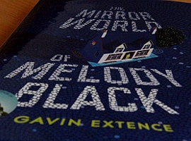 Neu eingetroffen: The Mirror World of Melody Black (von Gavin Extence)
