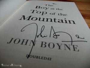 Signierte Ausgabe, von The Boy at the Top of the Mountain (Der Junge auf dem Berg)