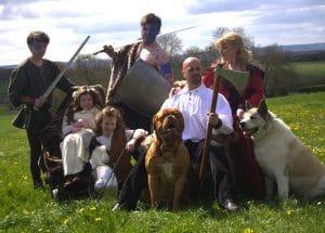 John Gwynne mit seiner Familie im Mittelalter-Outfit