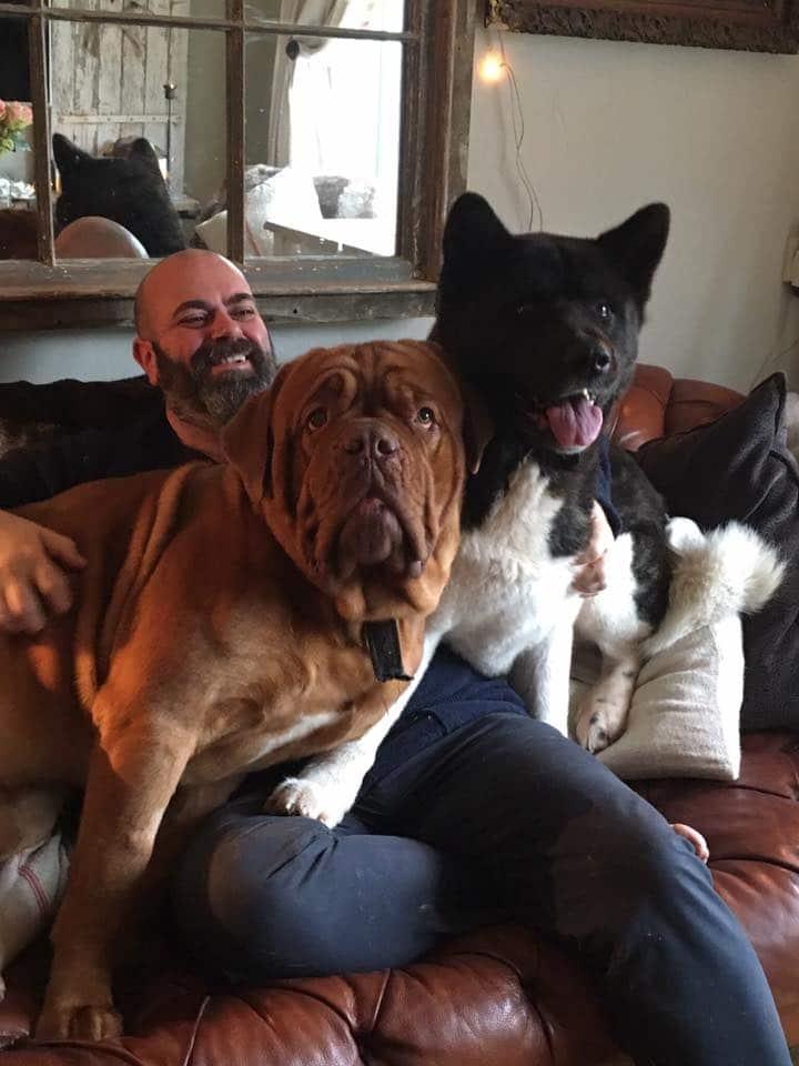 John Gwynne mit seinen beiden Hunden Valour und Storm (2018)