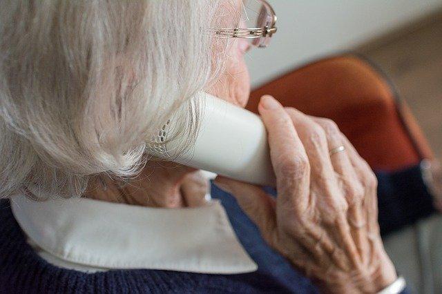 Sicher mit der Oma oder dem Opa sprechen. Corona verbreitet sich nicht über das Telefon (sagt man).