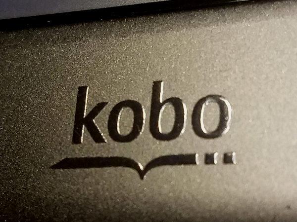Geprägtes Kobo-Logo auf dem Kobo Glo HD.